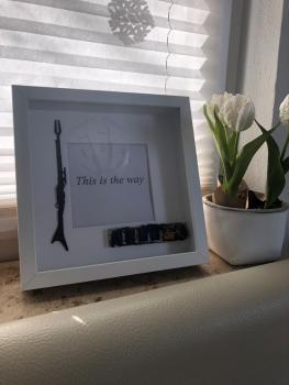 OPLE Arts picture frame Mandalorian Bounty Hunter This is the way Prop rankbar Weapon Blaster Model - Kopie
